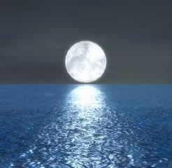 Luna llena que dibuja un caminito de luz en el mar