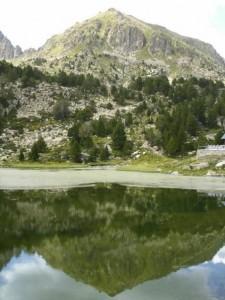 Montaña reflejada en un lago