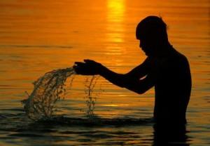 Hombre en los aguas del Ganges
