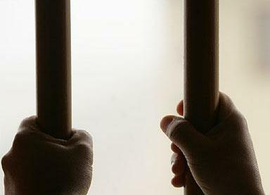 Prisionero detras de las rejas